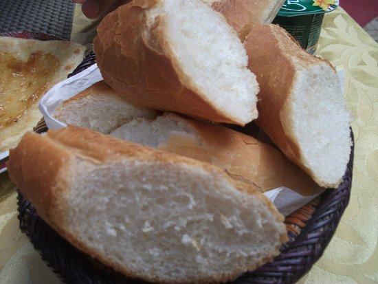Le Dromadaire Bleu : Baguette du petit déj (sinon pain local, super bon !)