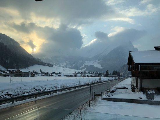 Au, Østerrike: Uitzicht vanaf de Kanisflu suite en ook vanuit het zwembad