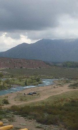 Las Compuertas, Argentina: A un paso de la puerta se puede ver esta panorámica del río Mendoza