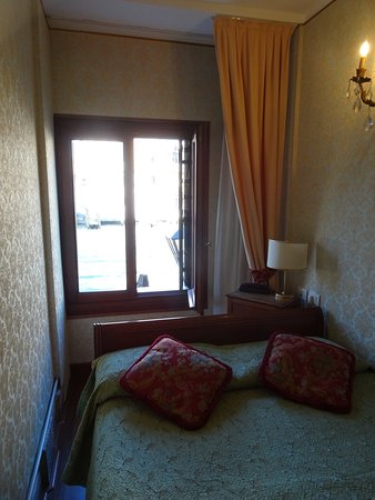 Hotel Galleria: Small room :)