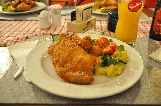 Maishofen, Austria: Backhendl mit Kartoffelsalat