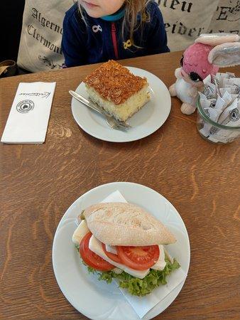 Grafing, Tyskland: Sandwich με ντομάτα, Mozzarella και Pesto και Bienenstich