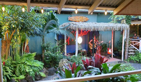 The Garden Island Grille: Entertainment with dinner