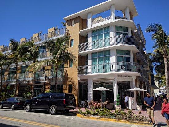 Sense Beach House: Vista del hotel. Ocean Drive y calle 4