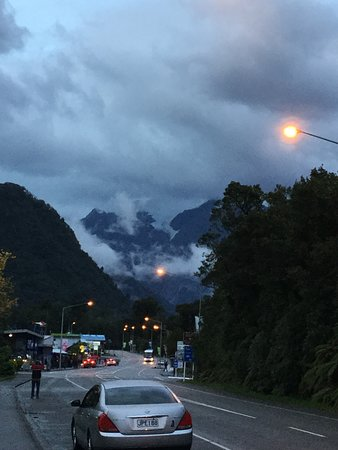 Scenic Hotel Franz Josef Glacier Hotel: View from the Hotel down the street