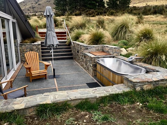 Twizel, Nueva Zelanda: Patio of Skycape with cedar/stainless bathrub.
