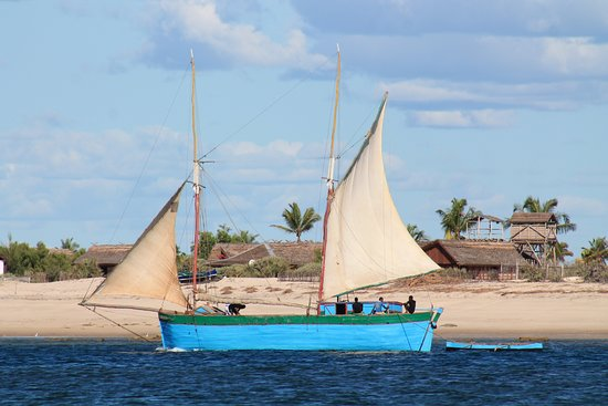Belo Sur Mer, Madagascar: Boutre longeant la plage d'Entremer.