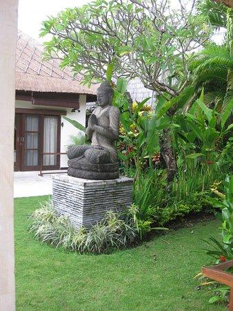 Villa Bugis: beautiful garden area within the villa