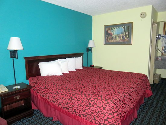 Days Inn Marianna: pillows are way too small, but king-sized bed was comfortable