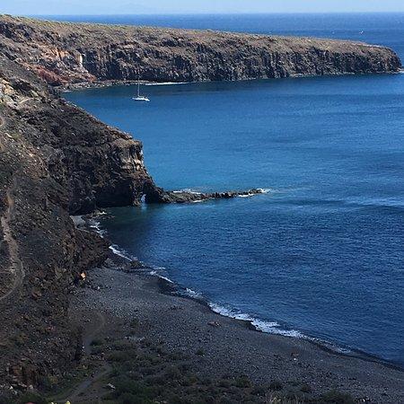 La Gomera, Spain: Sort sandstrand, dejligt beskyttet og med roligt vand. Både P-plads og vandrestier leder ned til