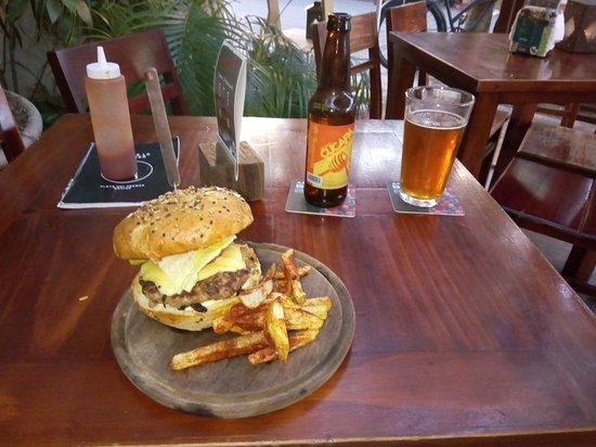 Club de la Cerveza: Burger and a Cucapa