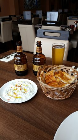 Anatolia Restaurant: Efes and tzatziki.