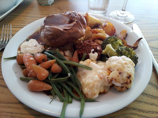 Nether Stowey, UK: Roast beef & pork with all the trimmings.