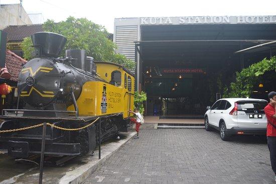 Kuta Station Hotel: Entrance & Parking