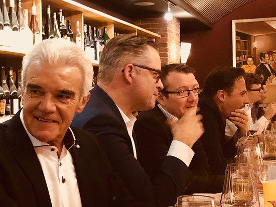Carlton Restaurants & Bar: Hören und mitteilen...!!!