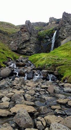 Hallormsstadur, IJsland: Small waterfall on the way to Hengifoss
