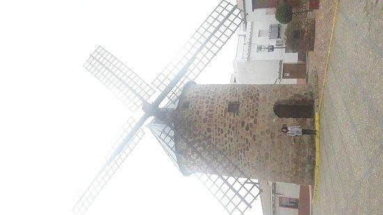Curioso y llamativo.El molino de viento manchego  mas septentrional de España