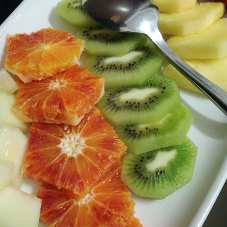 Tenuta Mezzana: Frutta tagliata in vassoio, torte caserecce e rotolini di melanzane