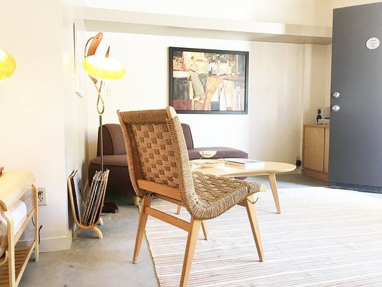 The Hideaway: Spacious seating area/entry to Room 112