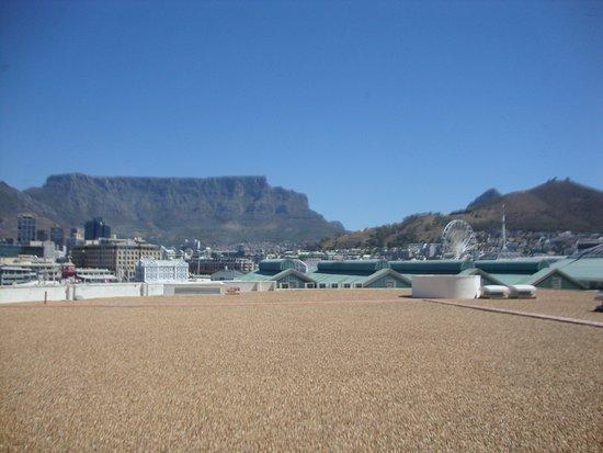 ذا تابل باي هوتل: View from our room of Table Mountain over the roof of the Albert & Victoria plaza