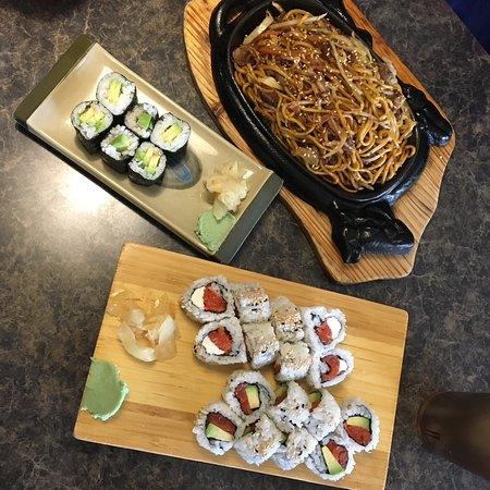 Sechelt, Canada: sushis avocat saumon / saumon cheese