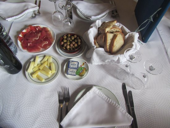 A Toca do Júlio: Appetizers served, ham,cheese,olives,bread, wine