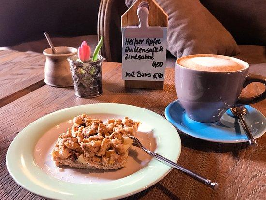 Cafe Alt: Apfel-Streuselkuchen mit Kaffee Melange