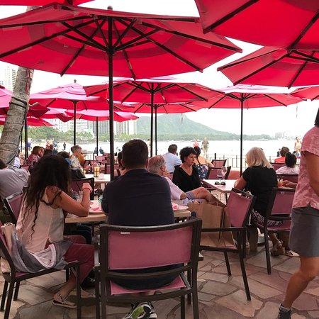 The Royal Hawaiian, a Luxury Collection Resort: ロイヤルハワイアンホテルのmaitai ! この彼女のサービスは最高!(^^) 楽しく気楽に呑めました(^^)