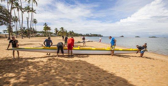 Guayana Francesa: Mise à l'eau d'une pirogue depuis la plage de Rémire-Montjoly