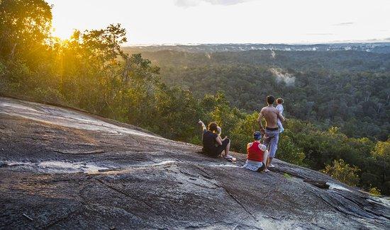 French Guiana: Coucher de soleil en famille depuis la roche Savane, près des chutes Voltaire