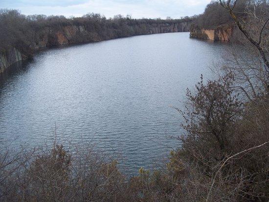 Fresnay-Sur-Sarthe, França: Vue panoramique sur la carrière qui est devenue un lac