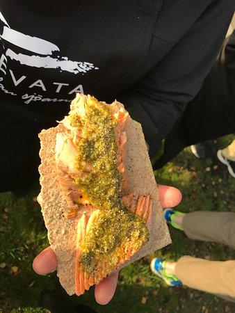 Emmaboda, Suède : Mycket gott. Varmrökt laxöring med pesto. Magnus och våra kunder hjälptes åt att röka laxen.