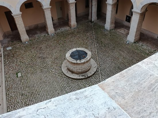 Soriano nel Cimino, Italia: Una vista dall'alto del pozzo che in realtà era una via di fuga degli abitanti