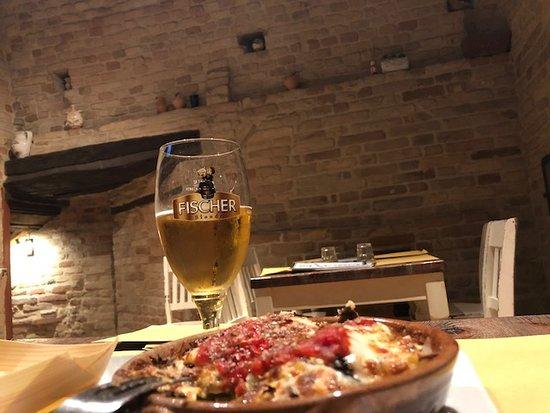 Montottone, Italien: crostino in ciotola, cena in torretta