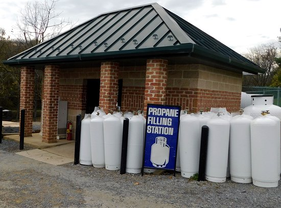 Falling Waters, Virginia Occidental: Propane filling station serviced by certified attendants