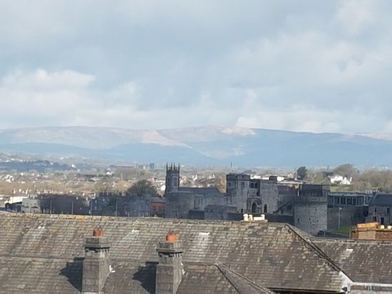 The Savoy Hotel: Beautiful view of King John's Castle and the mountains
