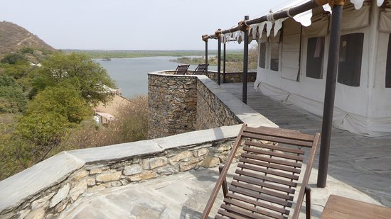Chhatra Sagar: Two tents at the top of the dam