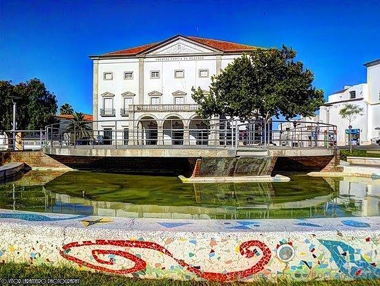 Evora, Portekiz: Praça Joaquim António de Aguiar com o Teatro Garcia de Resende