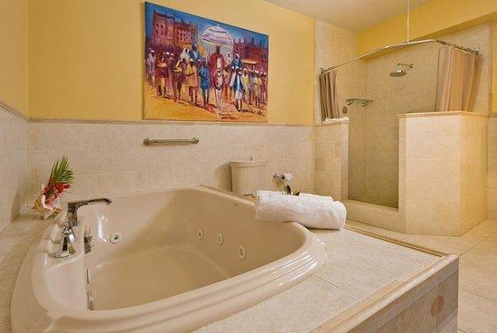 The Villas at Sunset Lane: Jacuzzi Bathroom Premium Suite 4