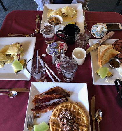 Green Mountain Falls, CO: Two kinds of eggs Benedict, Black Forest ham breakfast plate, and pecan waffle with a side of ba