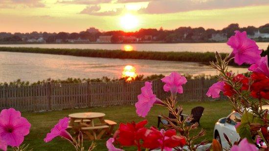 Sea Whale Motel: Sunset over Easton Pond