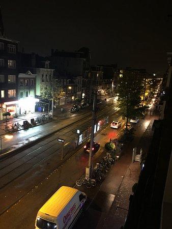 Hotel Abba: Dalla camera si vede la Overtoom, la strada giù dove ci sono le fermate dei mezzi pubblici