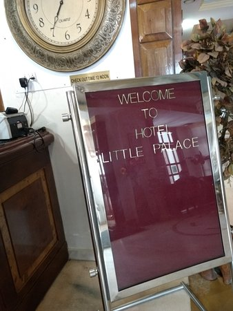 Hotel Little Palace: Besides reception desk