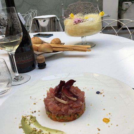 Bistagno, อิตาลี: Tortino al cioccolato , flan di carciofi , tartare di tonno fresco