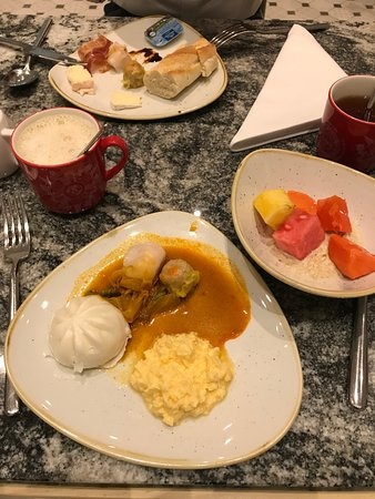 Swissotel Merchant Court Singapore: breakfast selection