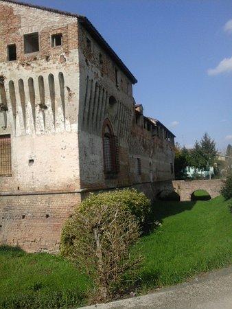 Castello di Roccabianca: Sullo sfondo l'attuale ingresso principale della rocca