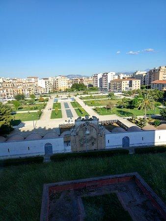 Парк в арабским фонтаном