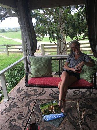 Murski Homestead B&B: Relaxing on the porch swing