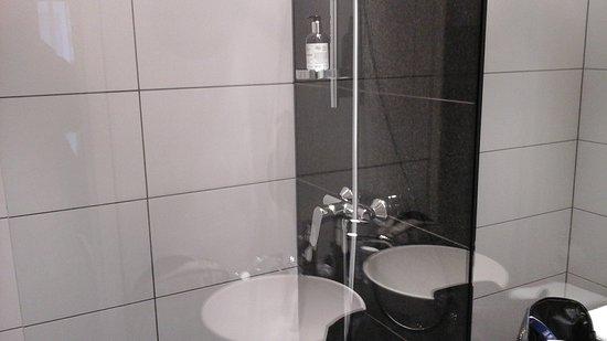Badezimmer - Picture of Motel One Edinburgh-Princes, Edinburgh ...