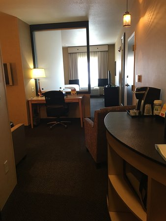 Holiday Inn Boise Airport: Entry to room - coffee station, desk and sitting area